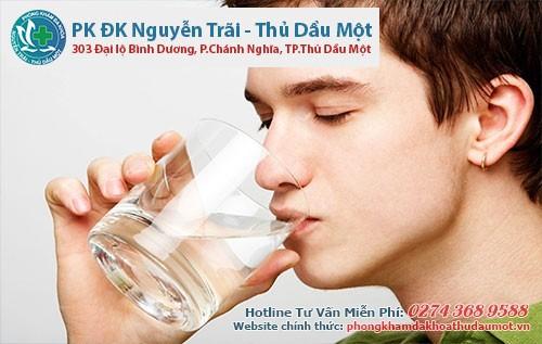 Người bị bệnh trĩ nên uống nhiều nước mỗi ngày